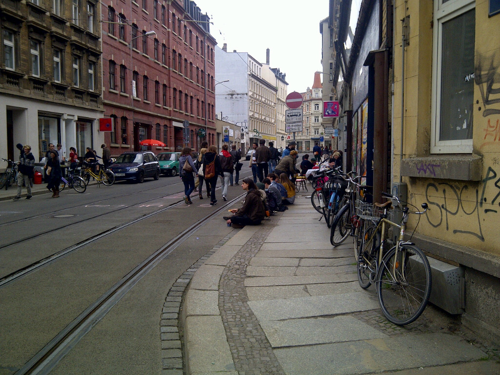 besetzte Straße zum Straßenfest 04.05.13 obwohl die Straße nicht gesperrt ist